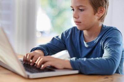 """Ekrānu izstarotā """"zilā gaisma"""" rada papildu slodzi bērnu acīm – ko der zināt vecākiem"""