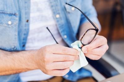 Kā panākt, lai brilles neaizsvīst, lietojot sejas masku